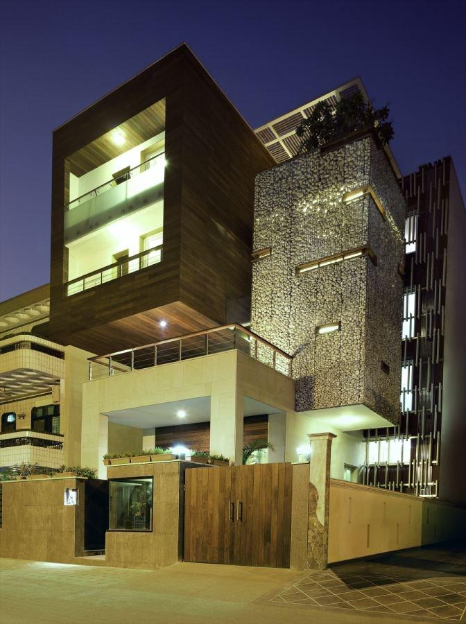 Mẫu nhà biệt thự phố hiện đại ấn tượng với nét đẹp kiến trúc hình khối - 2